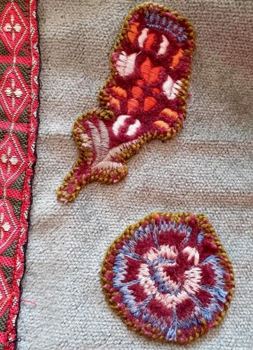 canevas, restes de tissus, velours, broderies, pochettes, création textile, recyclage, upcycling