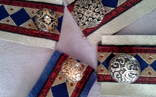 bijoux cuir,bracelets cuir,création textile,recyclage,upcycling,boutons anciens